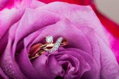 金金刚石在美好的桃红色的定婚戒指 免版税图库摄影