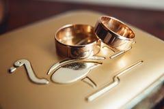 金金属表面上的婚戒 免版税库存图片
