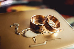 金金属表面上的婚戒 库存照片