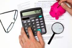 金钱、家、财务和关系概念-篡改提供您的存钱罐要的付款储款付帐,听诊器f 免版税库存照片