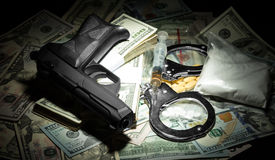 金钱、枪和药物 库存照片