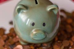 金钱、金钱或者分由大资本决定 金钱经营业务 存钱罐,有小硬币的 怎么何时将是mone 库存照片
