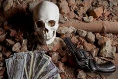 金钱和一把左轮手枪在头骨附近 犯罪概念 免版税库存照片