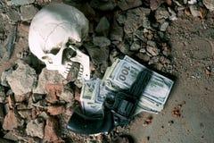 金钱和一把左轮手枪在头骨附近 犯罪概念 库存照片