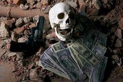 金钱和一把左轮手枪在头骨附近 犯罪概念 免版税库存图片
