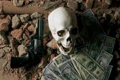 金钱和一把左轮手枪在头骨附近 犯罪概念 免版税图库摄影