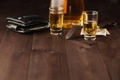 金钱和威士忌酒在木桌上 关闭上色百合软的查阅水 免版税图库摄影