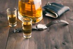 金钱和威士忌酒在木桌上 关闭上色百合软的查阅水 图库摄影
