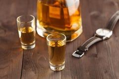金钱和威士忌酒在木桌上 关闭上色百合软的查阅水 免版税库存照片