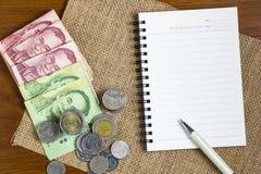 金钱和笔记与笔 库存图片