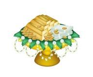金钱和金子在盘子有垫座的 免版税库存照片