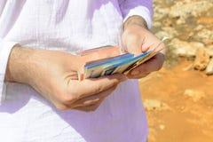 金钱在一个人的手上一个温暖的假日 库存图片