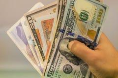 金钱在有金钱的,拿着钞票的手手手上, 免版税库存照片
