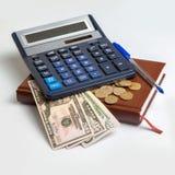 金钱在计算器下 库存照片