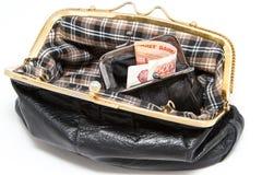 金钱在钱包,妇女的黑钱包里 免版税库存图片