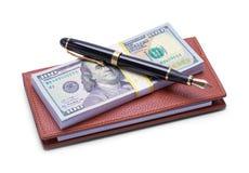 金钱支票簿和笔 库存图片