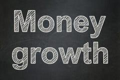 金钱概念:在黑板背景的现金上涨 免版税库存图片