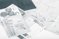 金钱欧元、护照和地图在白色背景 空间为 免版税库存照片