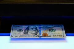 金钱测试-探测器美元货币伪造品检查 库存照片
