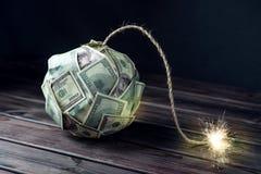 金钱炸弹与一个灼烧的灯芯的一百元钞票 在爆炸前的一点时刻 财务概念的危机 免版税库存图片