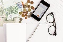 金钱电话计算器笔纸和玻璃在白色背景 免版税库存图片