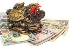 金钱的中国龙乌龟标志在票据的 免版税库存照片