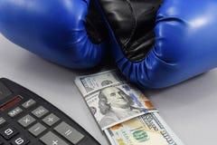 金钱的体育,装箱为金钱 美元和拳击手套 免版税库存图片