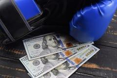 金钱的体育,装箱为金钱 美元和拳击手套 库存照片