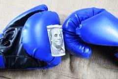 金钱的体育,装箱为金钱 美元和拳击手套 免版税库存照片