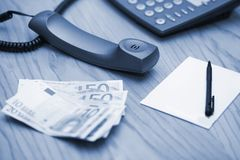 金钱的堆在办公室桌上的 库存图片