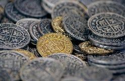 金钱背景:多枚老硬币 免版税库存图片