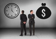 金钱袋子和时钟时间与看在相反方向的商人 库存图片