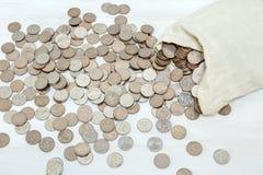 金钱袋子和银币在白色背景 平的位置样式 库存图片
