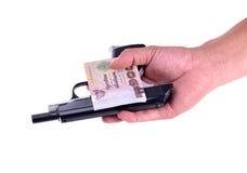 金钱调动以交换枪的 库存照片