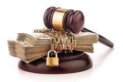 金钱链子和在白色隔绝的法官惊堂木 免版税库存照片