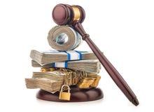 金钱链子和在白色隔绝的法官惊堂木 库存照片