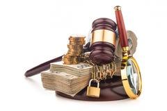 金钱链子和在白色隔绝的法官惊堂木 免版税库存图片