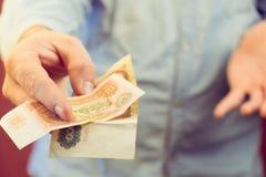 金钱,金钱的偿还在一个人的手,苏联的老金钱标志上 免版税库存照片