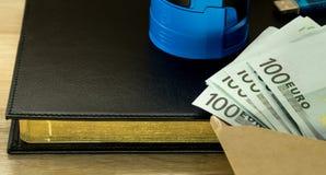 金钱usb在信封的安全钥匙在黑背景笔记薄 库存照片