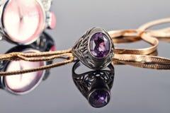 金链蛇网和银红宝石敲响 库存图片