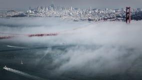 金门大桥和平的雾 免版税库存图片