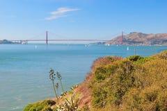 金门大桥在有美好的天蓝色的oce的旧金山 免版税库存照片