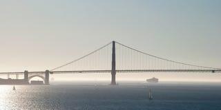 金门大桥在有雾和海洋的旧金山ba的 图库摄影
