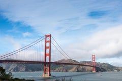 金门大桥在蓝天下 免版税库存图片