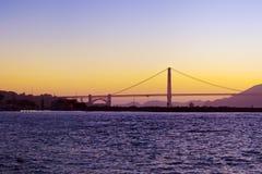 金门大桥现出轮廓在日落 免版税库存照片