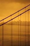 金门大桥琥珀色被设色的细节和旧金山在背景中 库存图片
