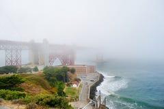 金门大桥由雾盖了 库存图片