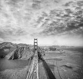 金门大桥顶上的看法从直升机,圣弗朗西斯的 免版税库存图片