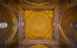 金马赛克圆顶在Tilya Kori Madrasah,撒马而罕, Uzbekista 图库摄影