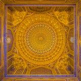 金马赛克圆顶在Tilya Kori Madrasah,撒马而罕, Uzbekista 免版税库存照片